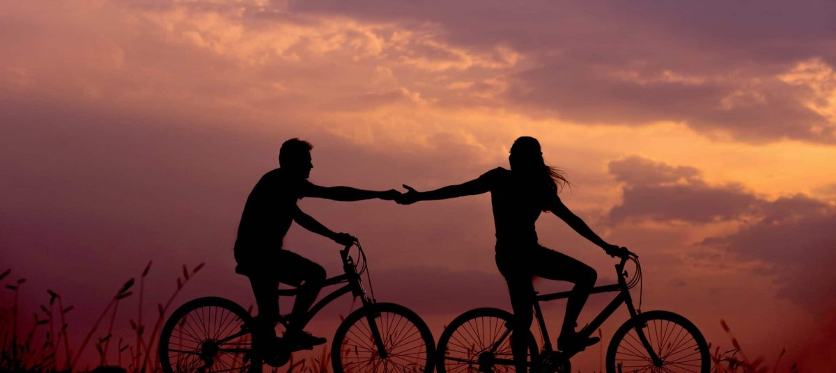 Duo de cyclistes en coucher de soleil