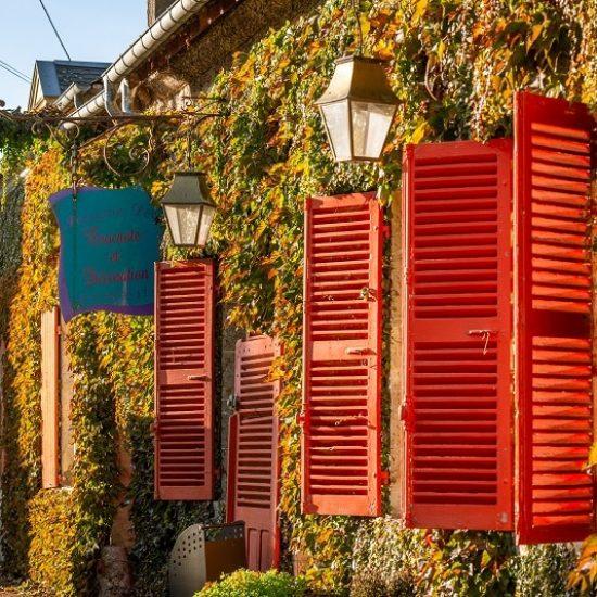 Façade rouge dans le village de Baugy